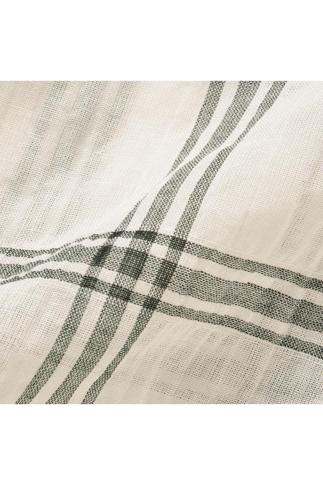 コットンにポリウレタンをミックスしたワッシャーライクな風合い。軽く透ける薄さと凸凹感が心地よく、アイロンいらずの手軽さも便利。
