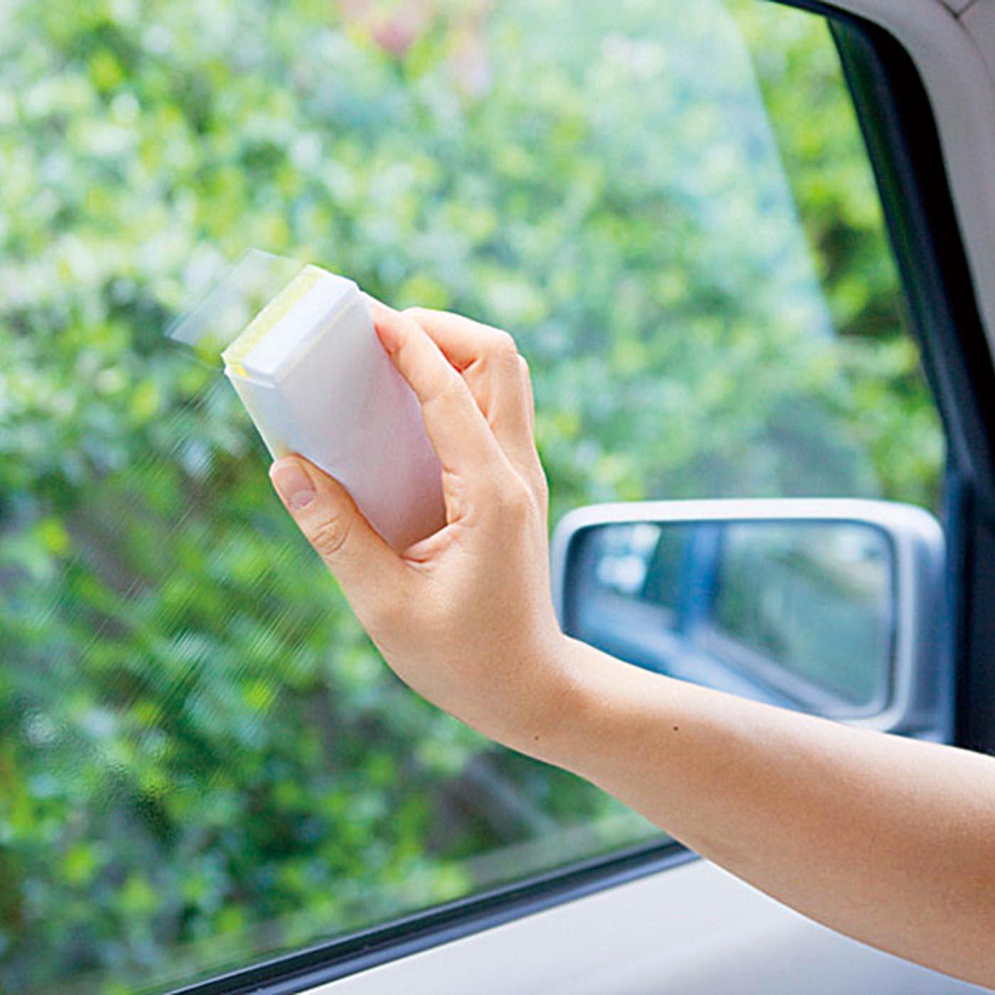 車のサイドの窓に。 ※安全のためフロントガラスには使用できません。