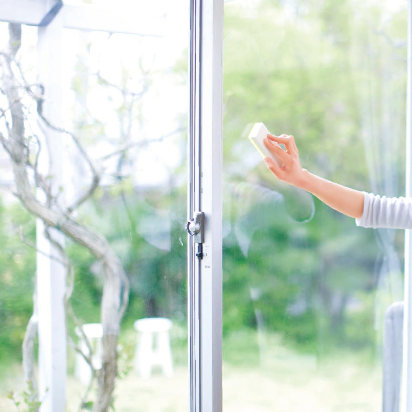 窓に塗るだけで、家具やカーペット、たたみなどの日焼けもガード。