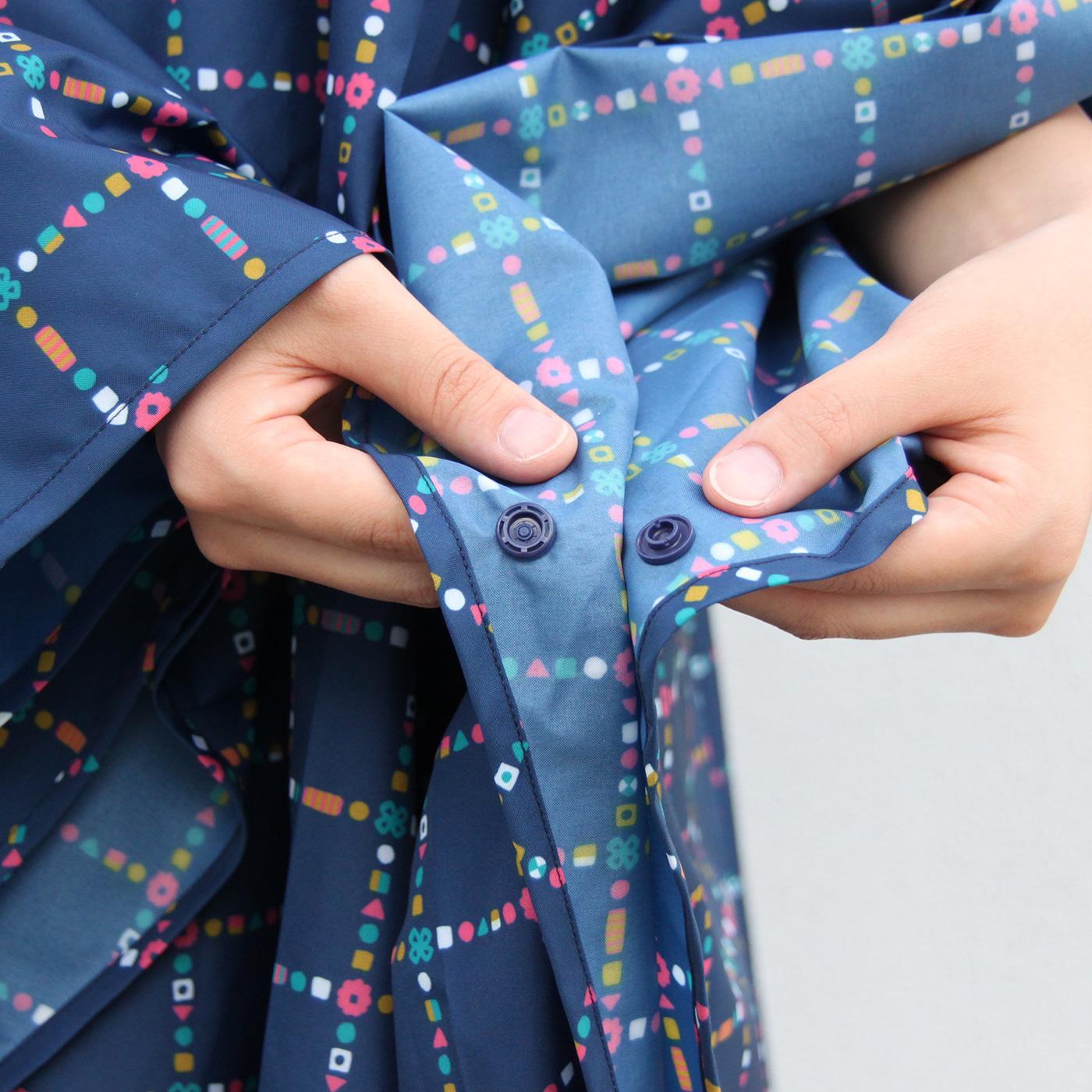 裾にもボタンが付いているので風が強い時でも安心して着用できます。