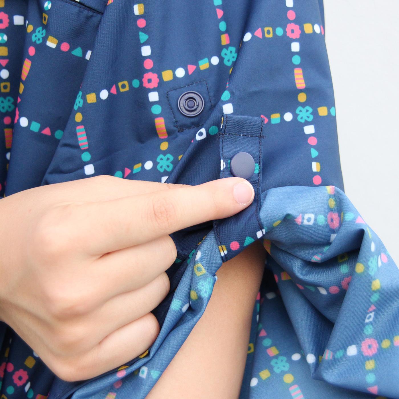 くるくる腕まくりをしていくと、ボタンが出てきます。この腕部分のボタンに留めると、雨でも様々な作業がしやすくなります。
