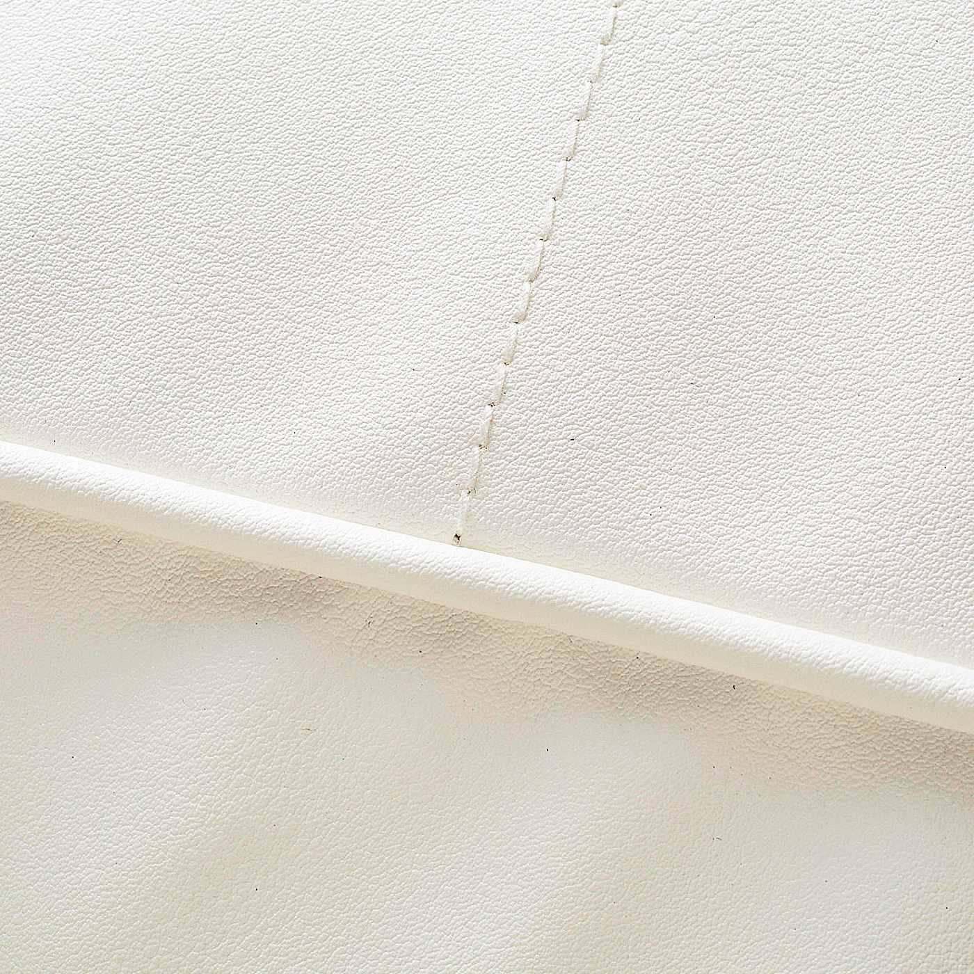 〈 底面 〉光沢と張りが特徴の合成皮革。