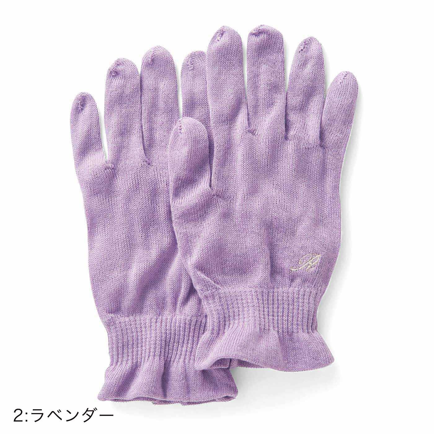 手首はフィットしやすく、締め付けない幅広リブ仕様です。フランス語で「Reve(夢)」の頭文字を刺しゅうで表現。