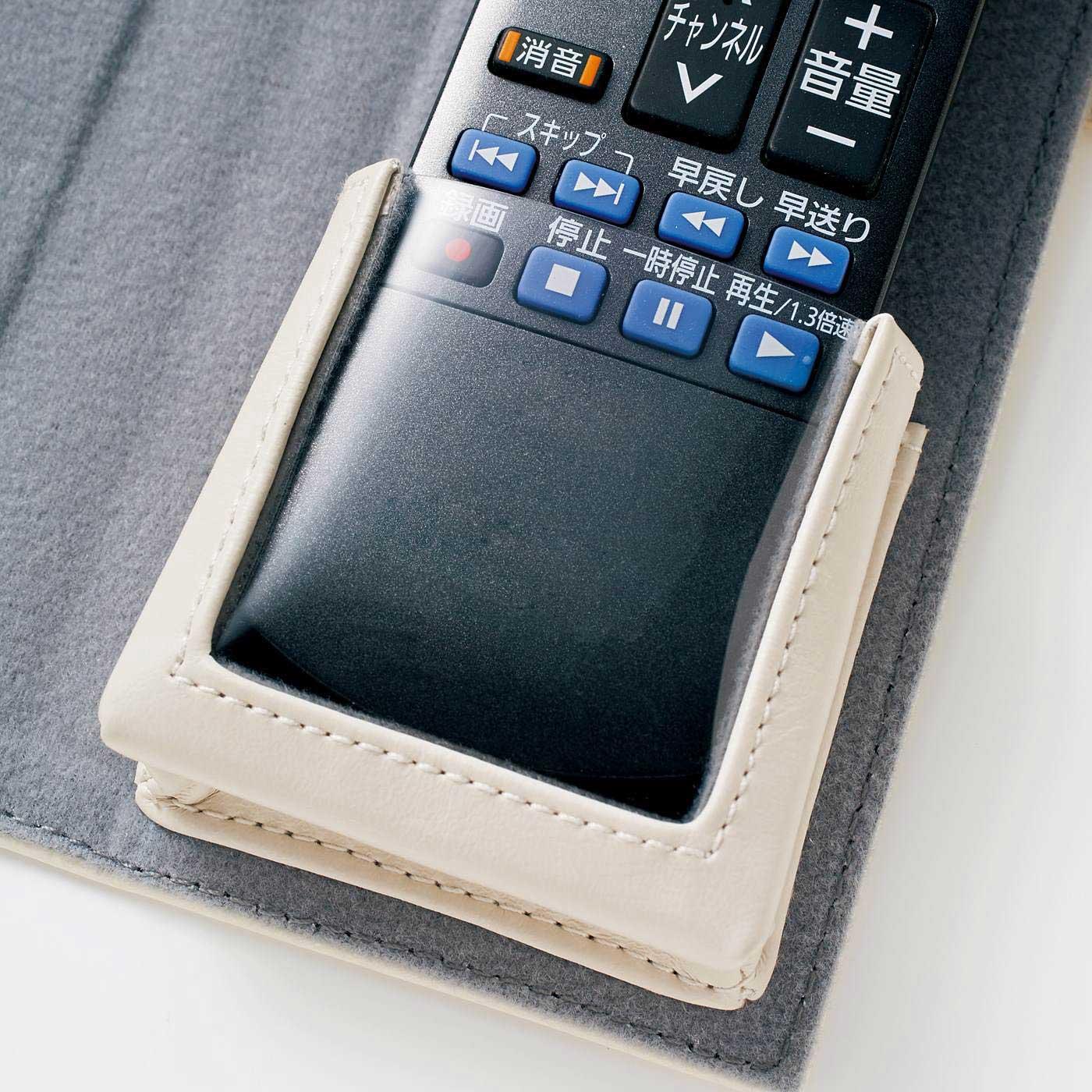 透明ポケットの上から操作可能。 ※写真は色違いのホワイトです。