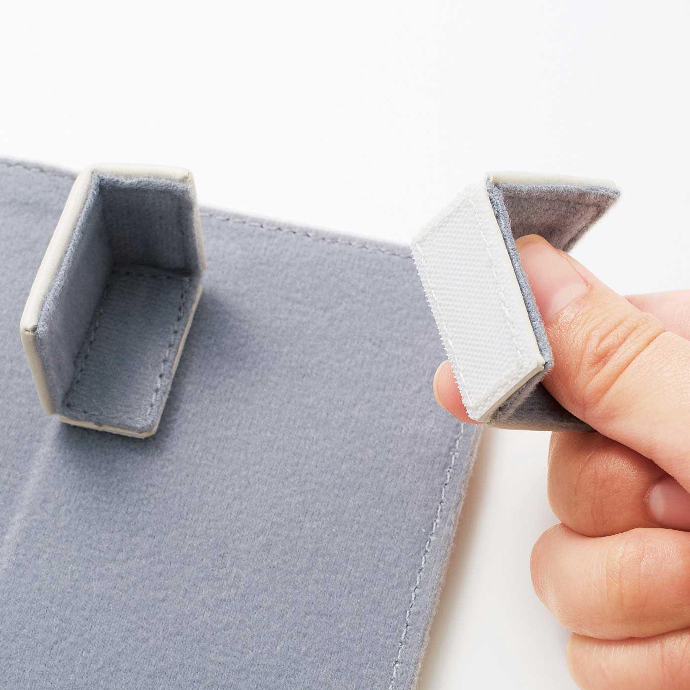 上部のパーツは、面ファスナーで自由な位置に固定可能。お手持ちのリモコンにジャストフィット。 ※写真は色違いのホワイトです。