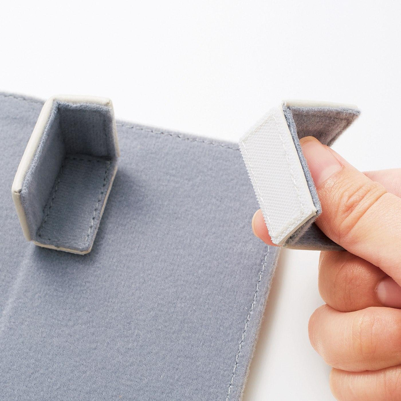 上部のパーツは、面ファスナーで自由な位置に固定可能。お手持ちのリモコンにジャストフィット。