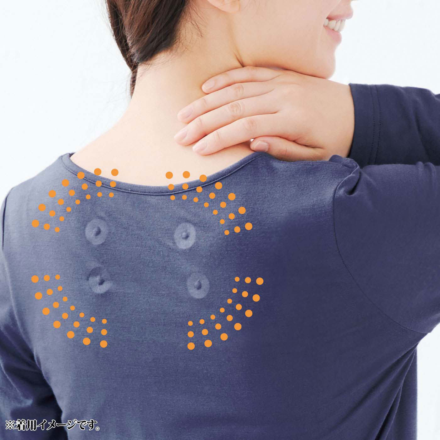 肩甲骨まわりに磁石が4ヵ所。着るだけで血行促進、コリを改善。