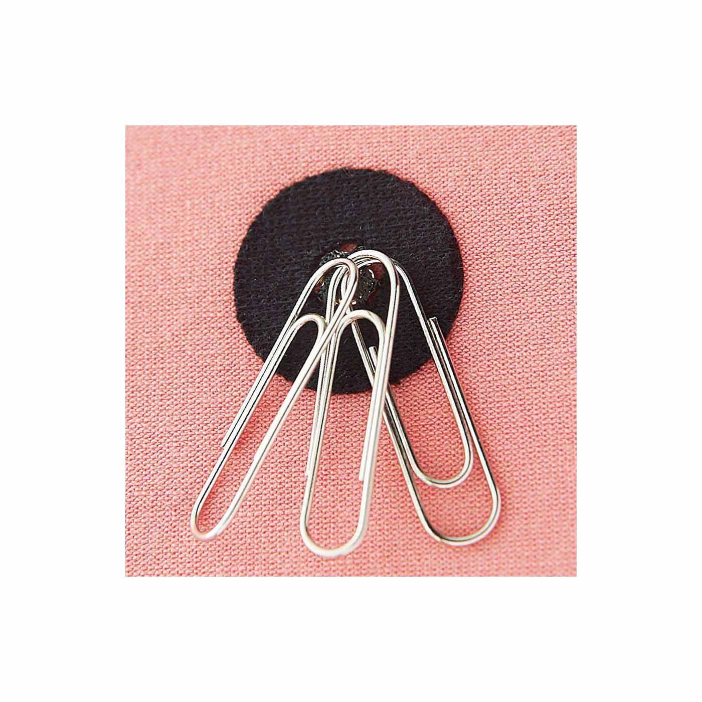 肩甲骨まわりに付いた磁石がじわじわ~っとコリをほぐします。 ※お届けするカラーとは異なります。