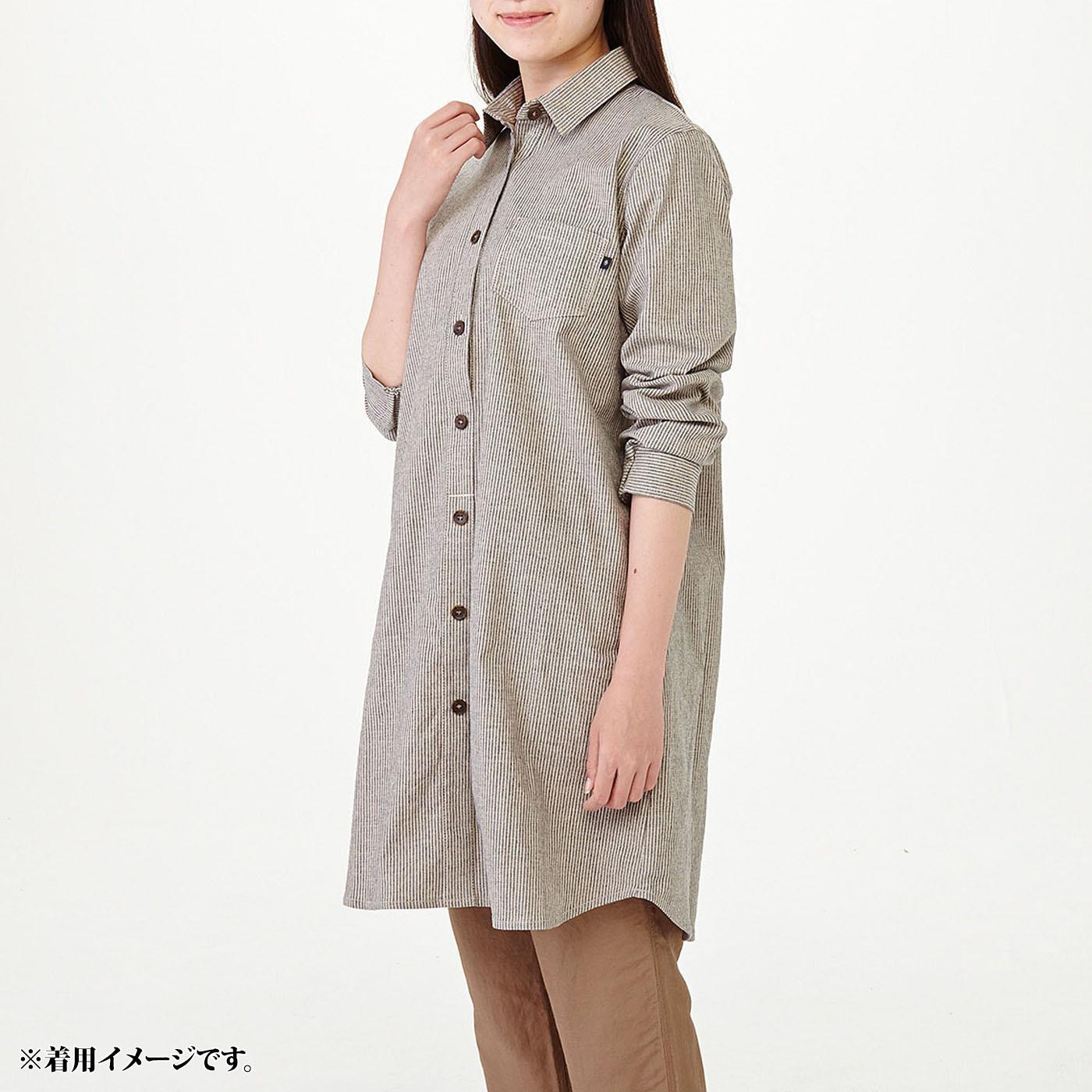 モデル身長約160cm 着用サイズM 袖口はボタンではなくゴムなので、さっと腕まくりできます。