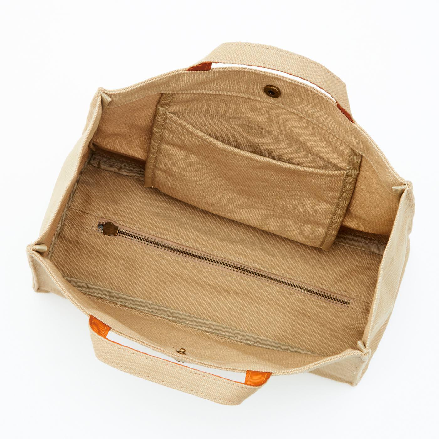 こまごま物も収納できる便利な内ポケット付き。 底のファスナーが便利な秘けつ。開き具合いの調節ができます。