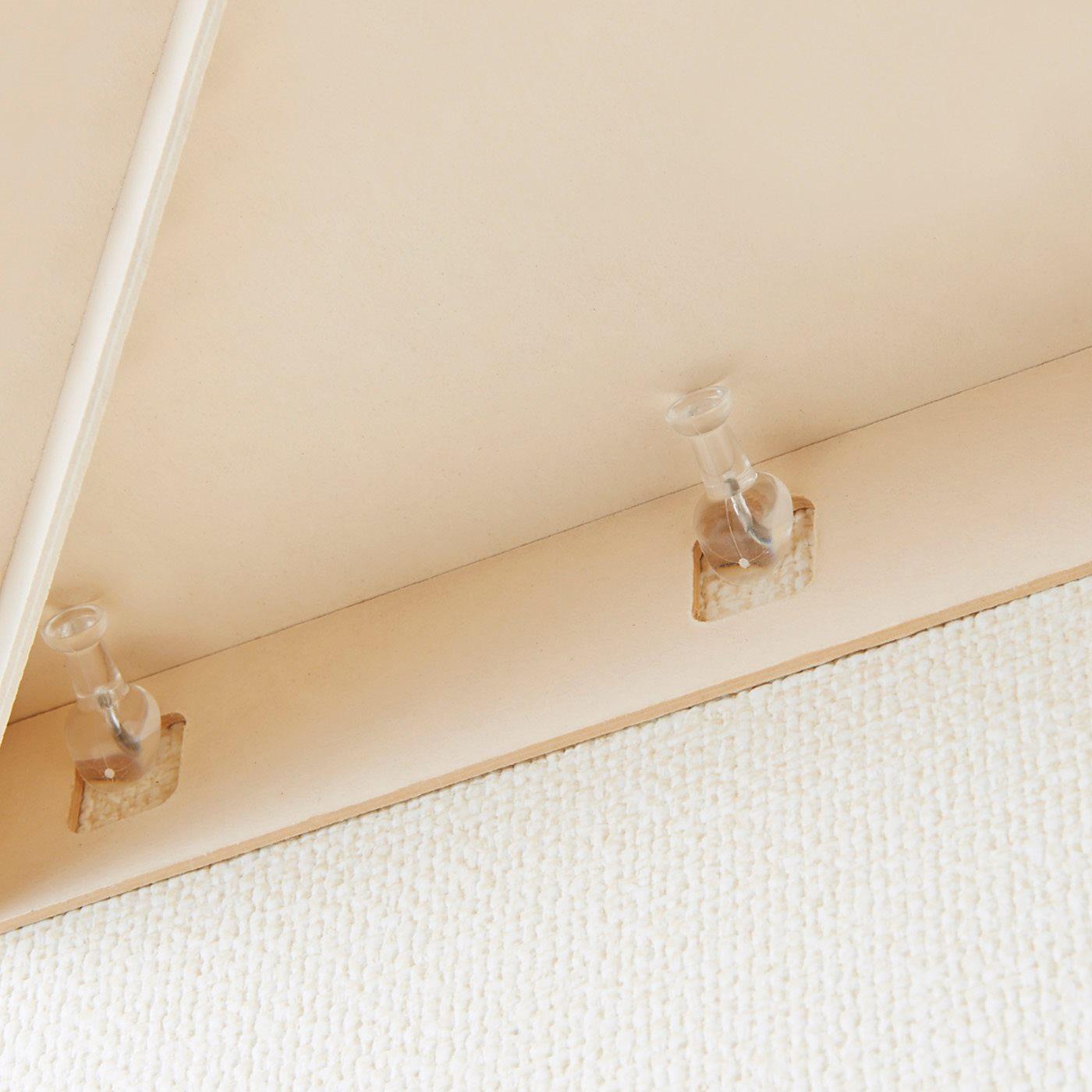斜めに刺し込むしっかり仕様のピンを壁に刺して、シェルフを引っ掛けるだけで取り付け完了。
