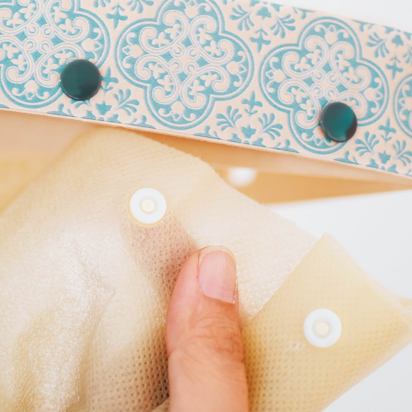 カーテンはボタンで取り外しができます。