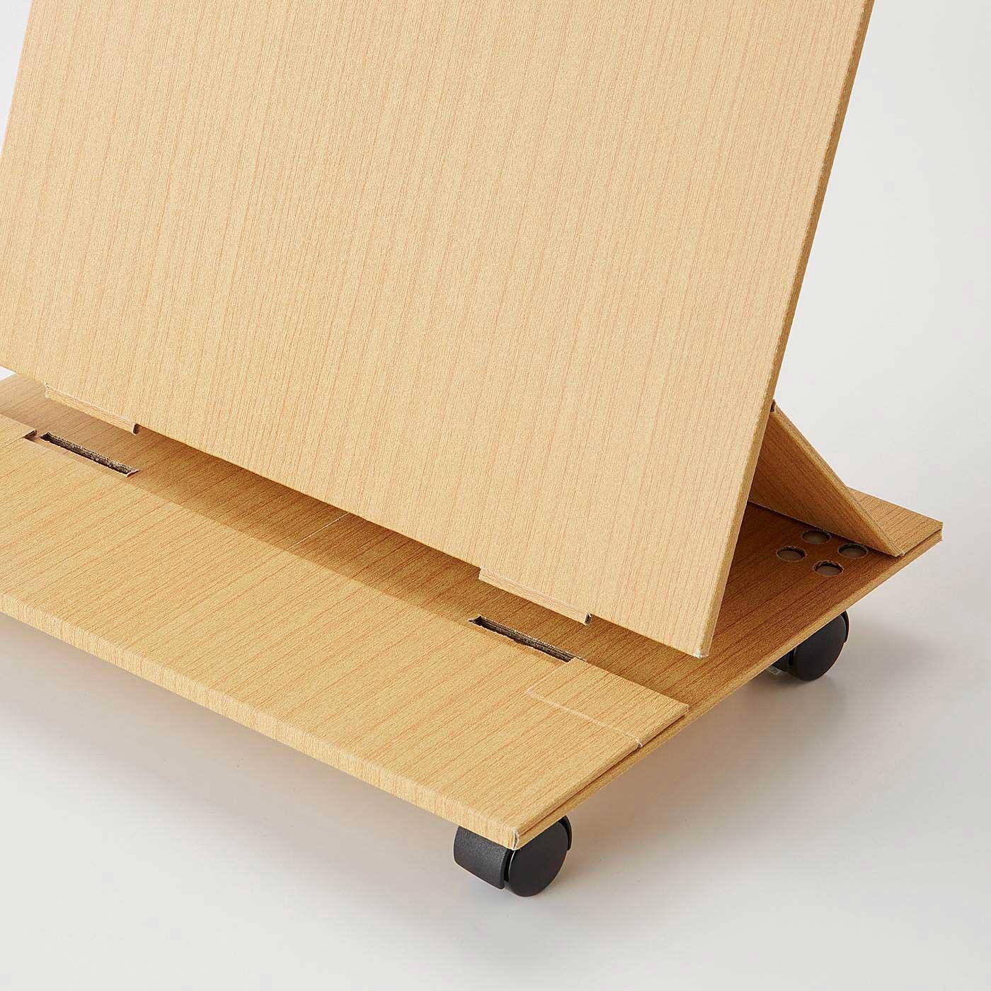 溝の部分に雑誌を立てたり、タブレット端末を立てかけられます。