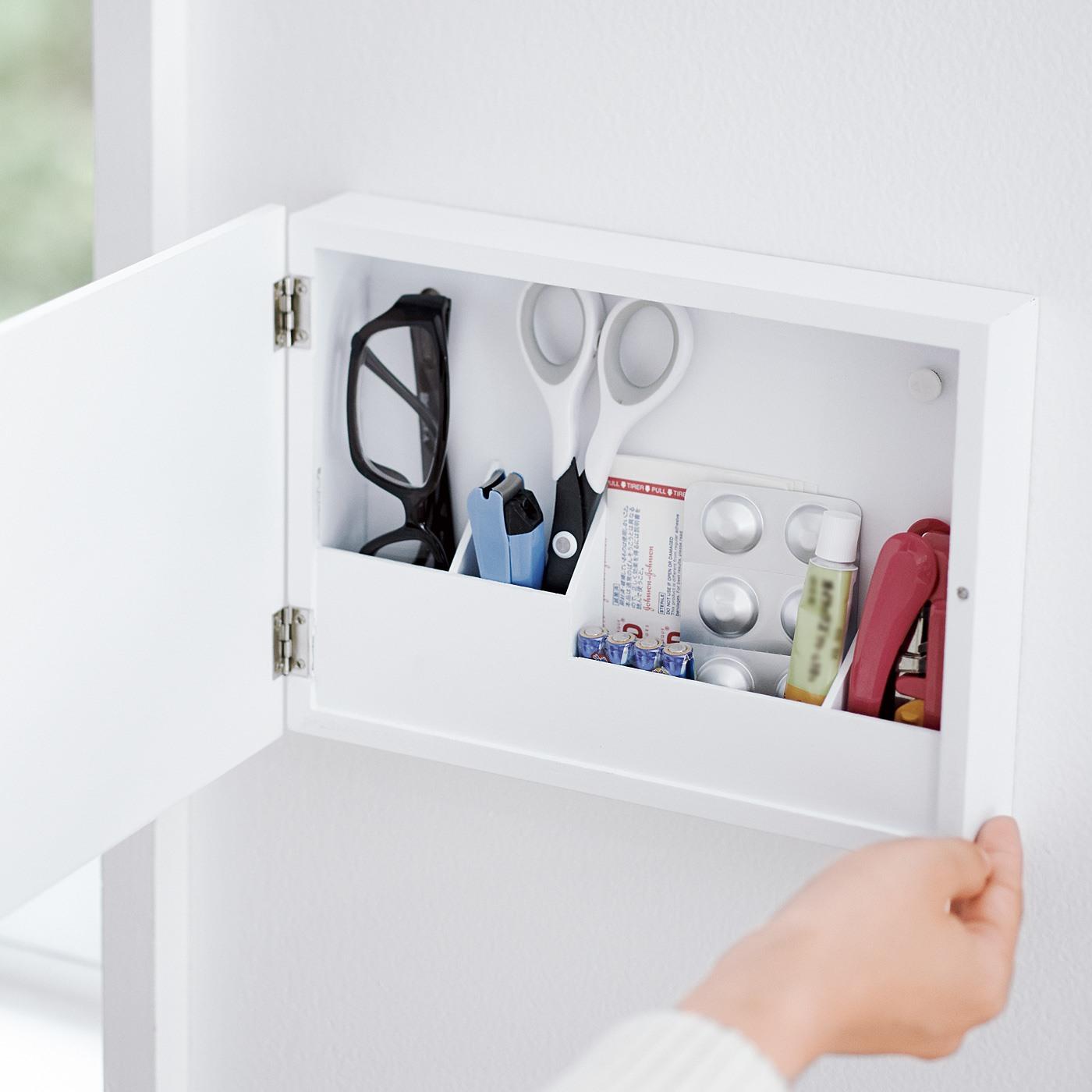 文房具、印鑑、つめ切りなど頻繁に使う小物を、壁になじませつつ収納。