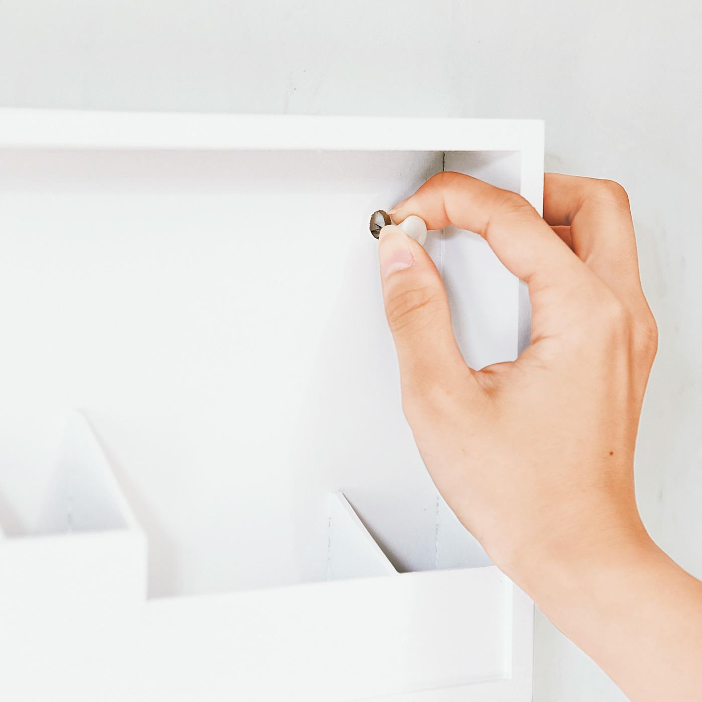 お手持ちのプッシュピンで壁面に設置。
