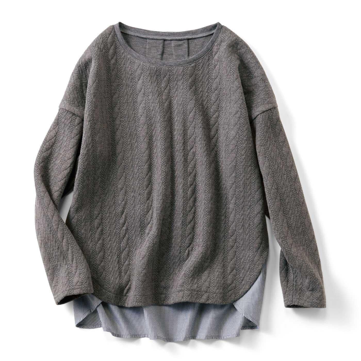長めのシャツとゆったりシルエットで体形カバー。