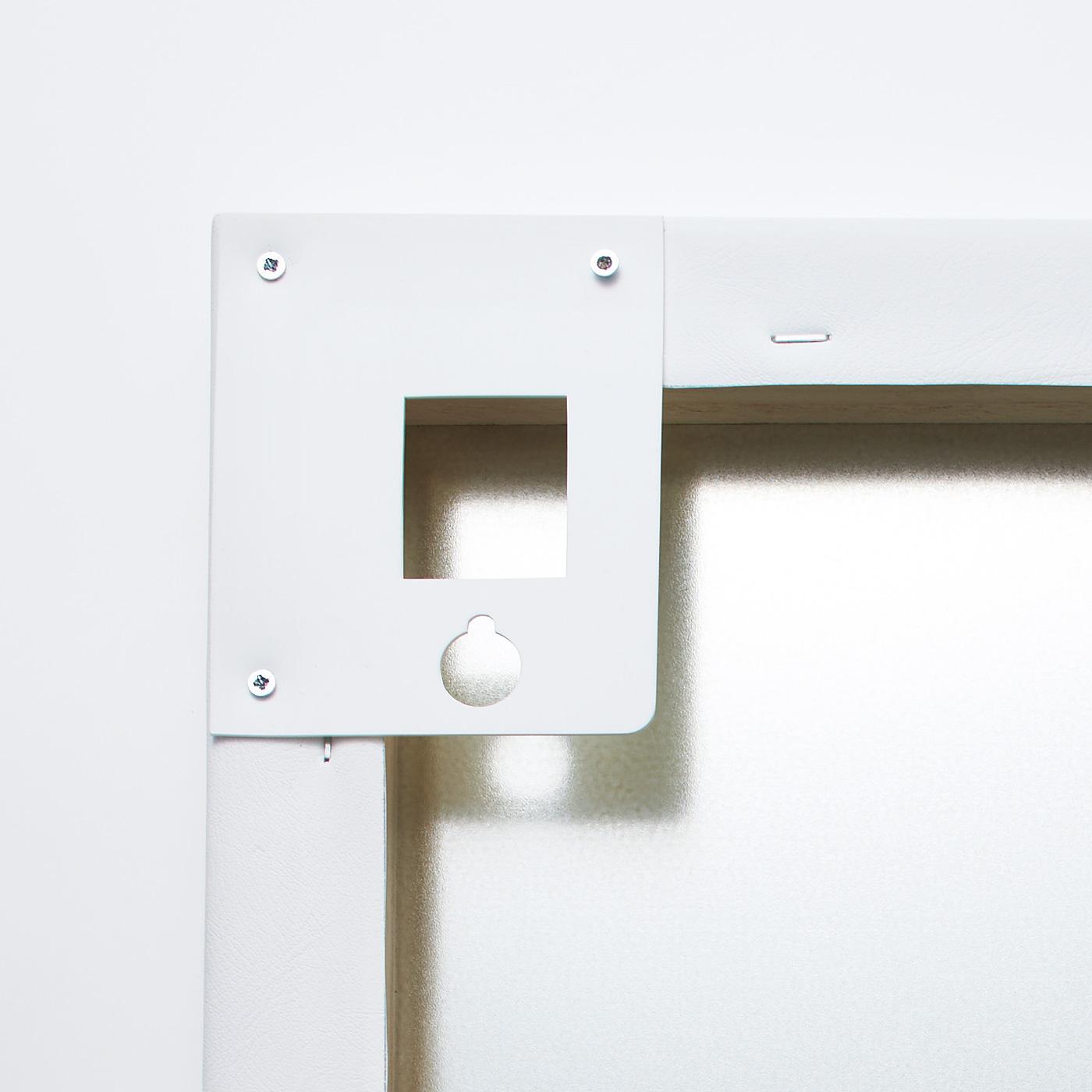 お手持ちのフックに掛けて壁面に設置。背面のパーツが薄型設計なので、壁から浮きにくい仕様です。