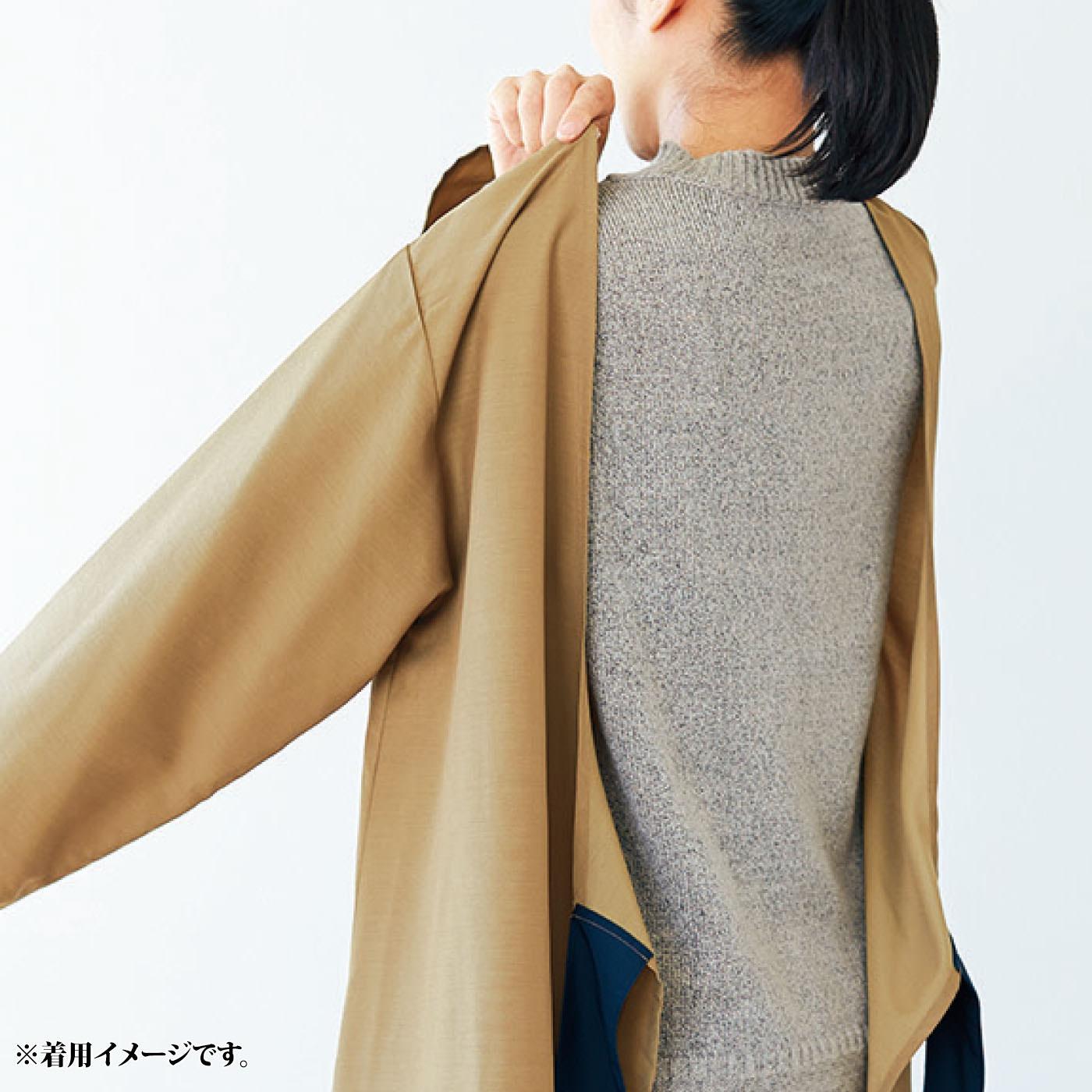割烹着のように腕を通して着るだけなので、中に着るものを選ばずらくに着脱ができるのもうれしいポイント。 ※お届けするカラーとは異なります。