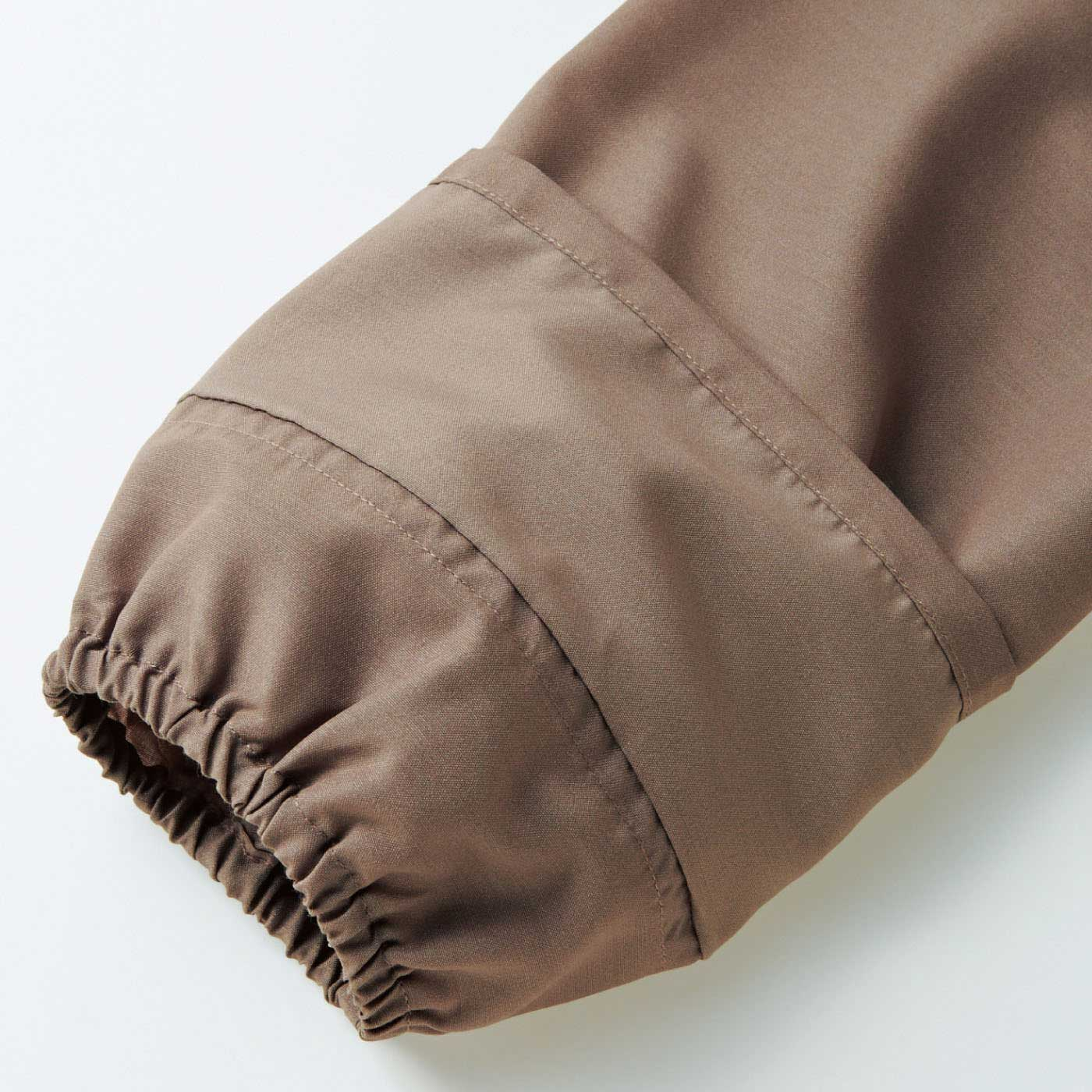 筒袖の中のゴム入りの隠し袖口はたくし上げても落ちてこないので水仕事もストレスフリーです。 ※お届けするカラーとは異なります。