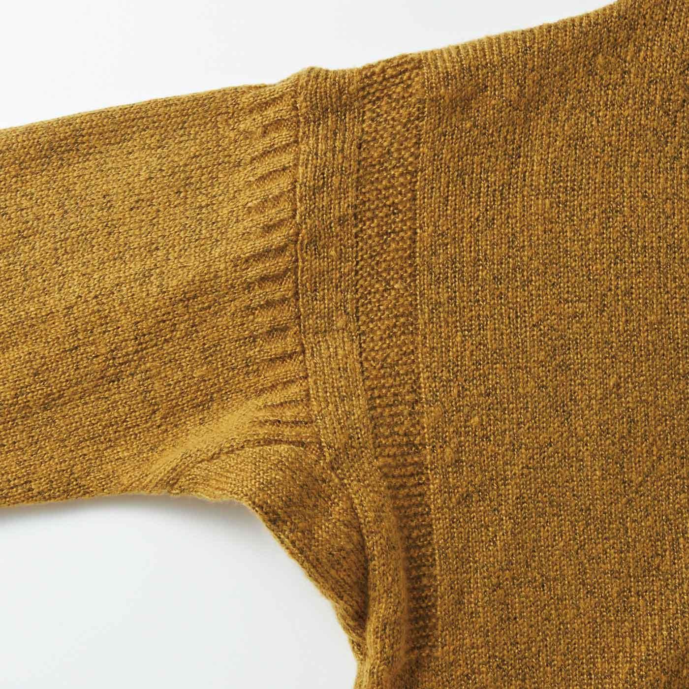 わき下のまちは動きやすく機能的。袖ぐりとすその装飾的な柄模様がニュアンスを生み出します。