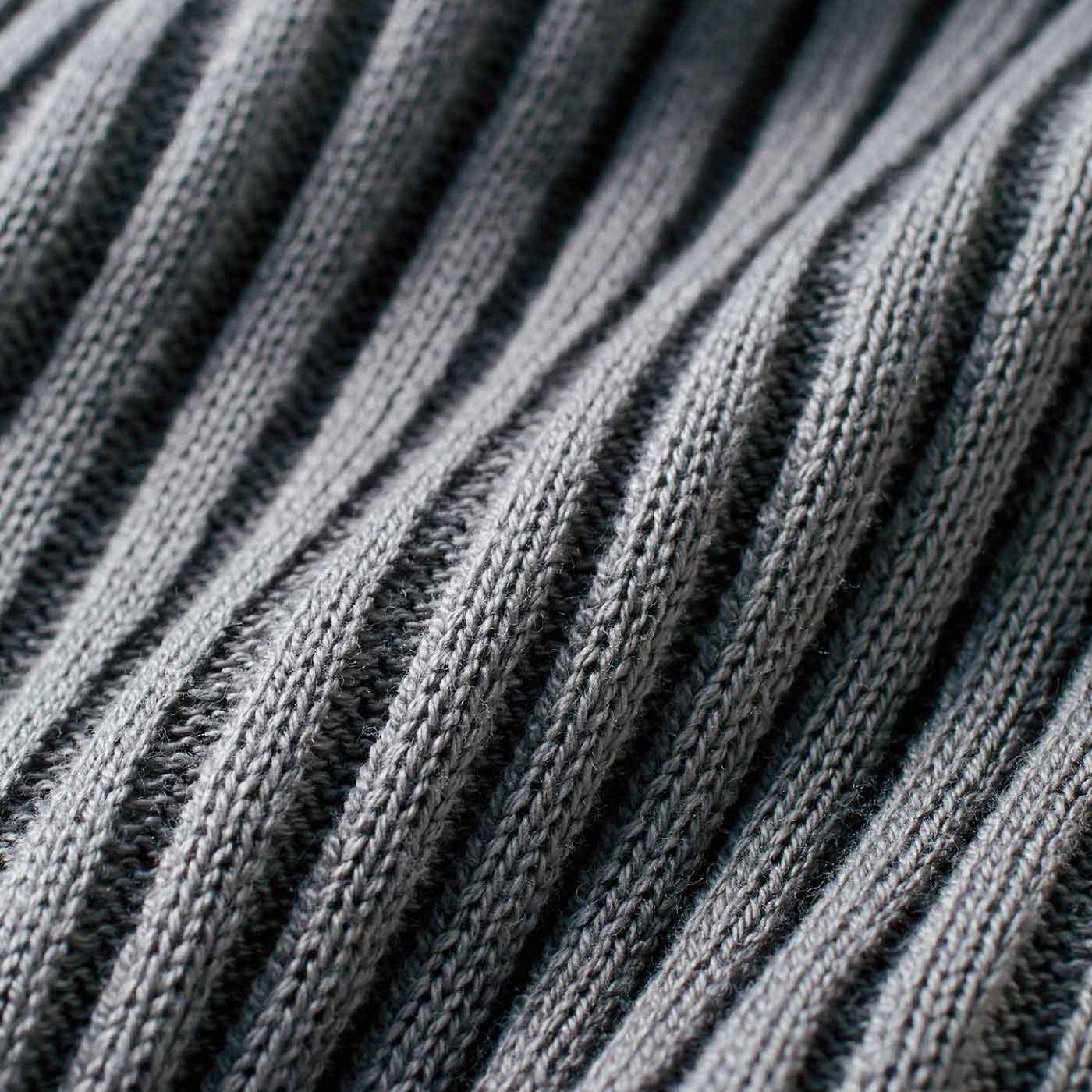 縦のリブ編みで抜群の細見え効果。