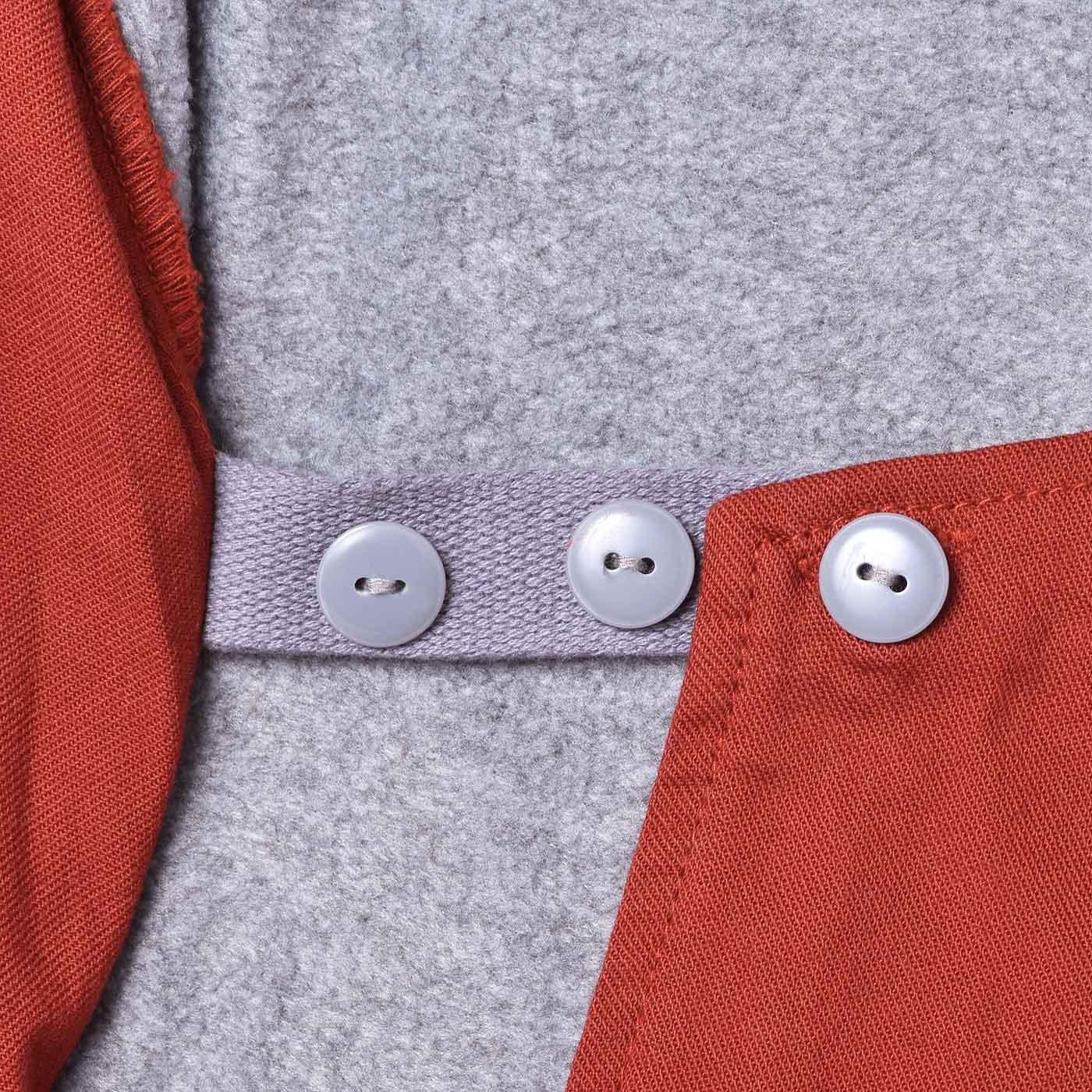 内側に3段階のサイズ調節ボタン付き。