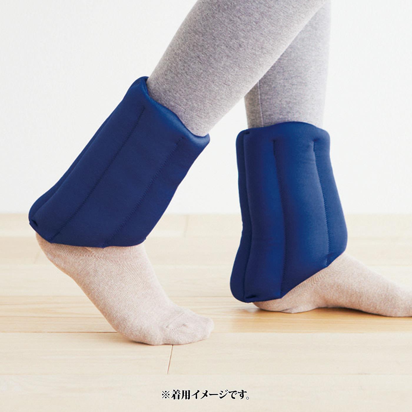 足の甲からかかとにかけて斜めにして、かかとぎりぎりまで包んで床の冷気が入りにくい工夫をほどこし、歩きやすい形状にしました。