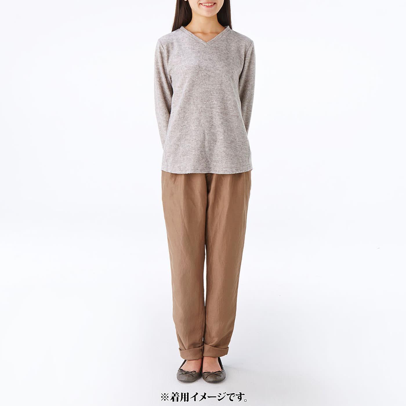モデル身長約165cm 着用サイズM Vネックトップスは華奢(きゃしゃ)見えするネックラインですっきりと。