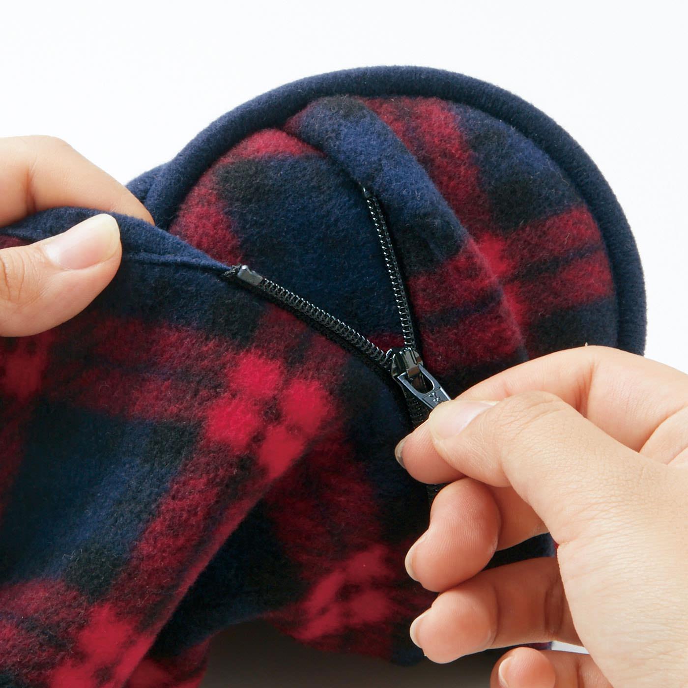 ファスナーでらくらくドッキング! ずれないからすきま風も防ぎます。ファスナーはイヤマフのカバーの中に隠れています。