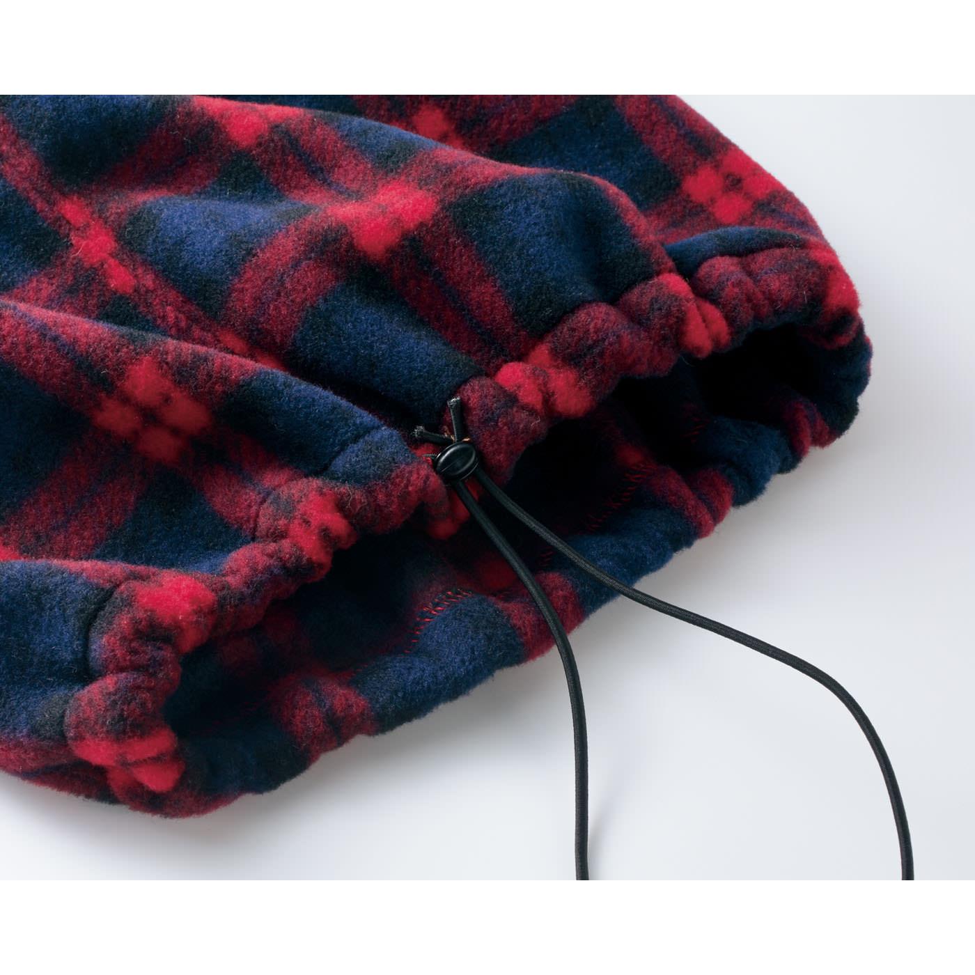 ネックウォーマー単体で着けるときは、調節ゴム側を上にして。きゅっとしぼれば、すき間風をブロックできます。