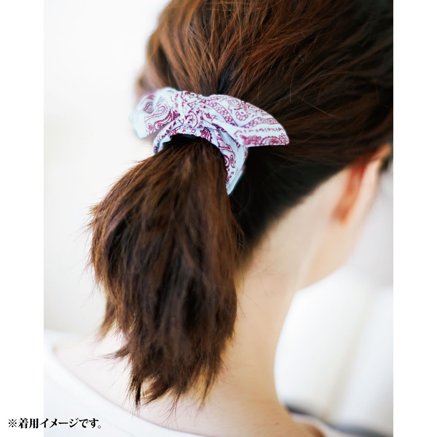 お手持ちのゴムを使ってまとめ髪に着ければ、トレンド感のあるこなれた印象に。