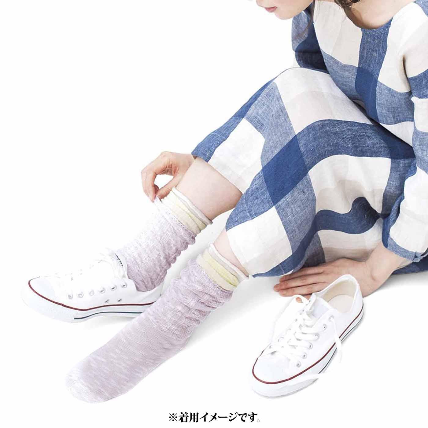 靴下を重ねばきしても、足幅を調節できるスニーカーなどに合わせて。