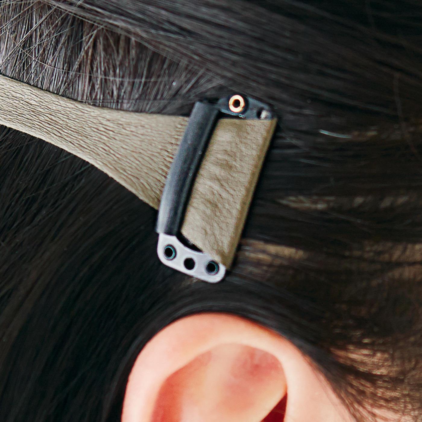 耳の裏あたりの髪をクリップで左右2ヵ所留めるだけで、ピッとリフトアップ。
