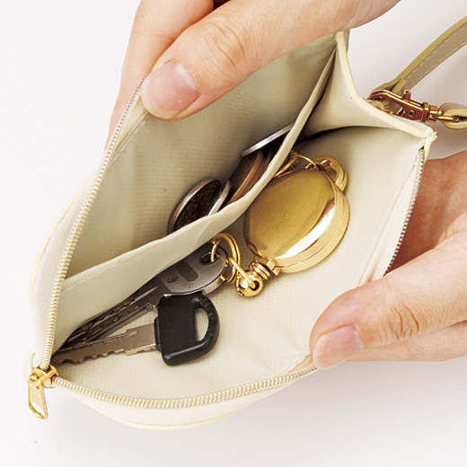 小銭やカードが入るポケット付き。ピアスなどの一時保管場所にも便利。