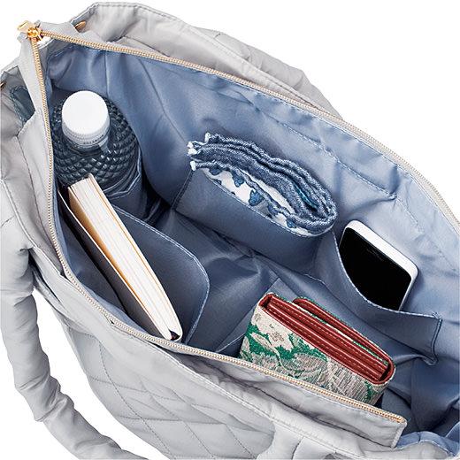 内側には深型ポケット、サイドポケットなど充実の5つポケット。