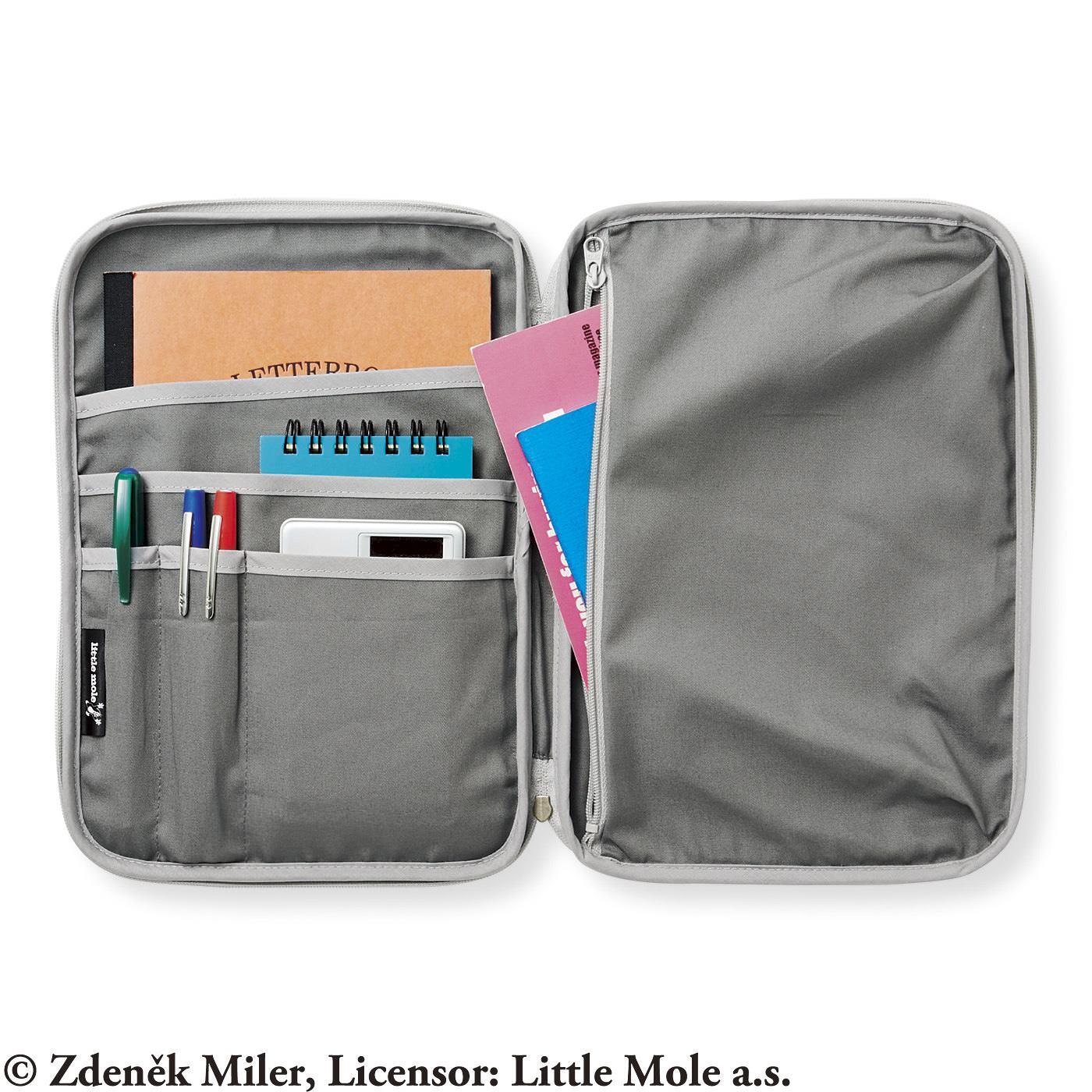 〈内側〉筆記用具や電卓などを分類しやすい5つのポケットとファスナーポケット。