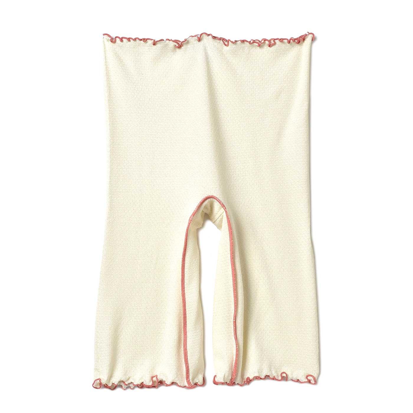 長め丈でおなかをすっぽり包んで冷やさない、5分丈ショーツ。足の付け根も締め付けない仕様に。「絹紡糸(けんぼうし)」を採用した繊細なシルクニット仕上げ。