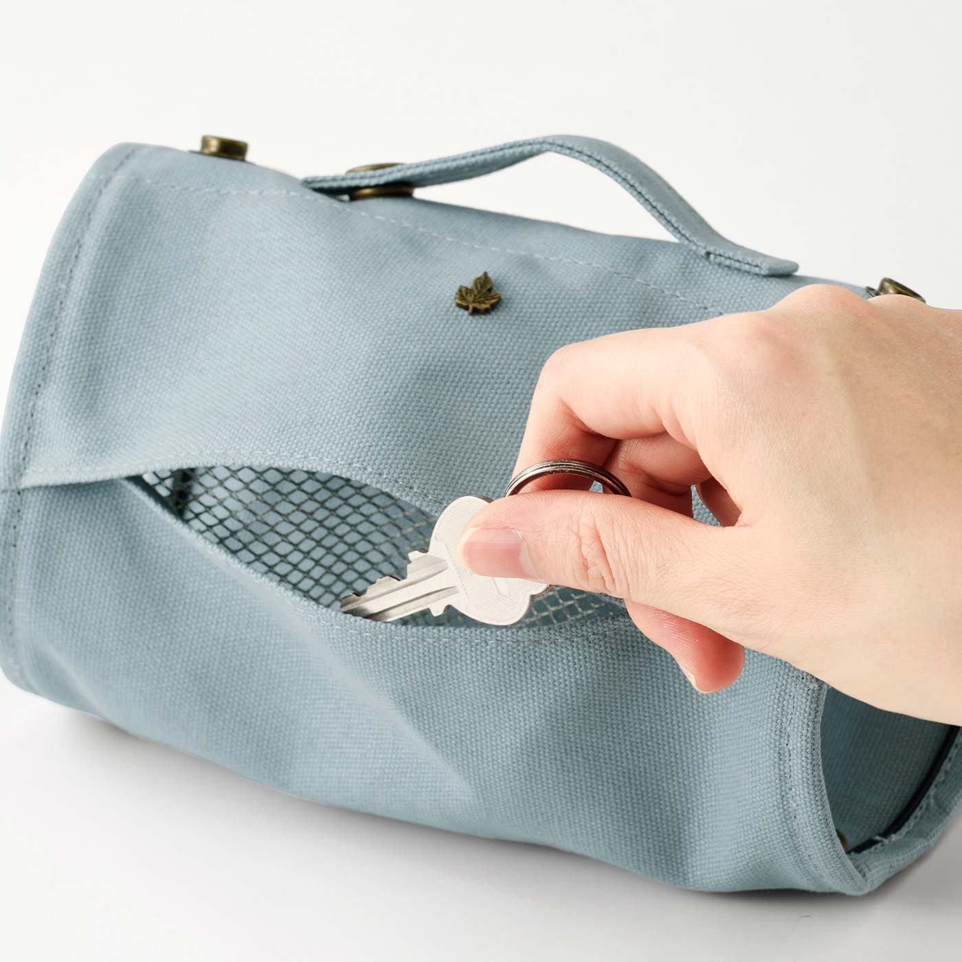 手前側には、細かな小物が入れられるメッシュポケット付き。外側の切れ込みから手を入れて出し入れできます。