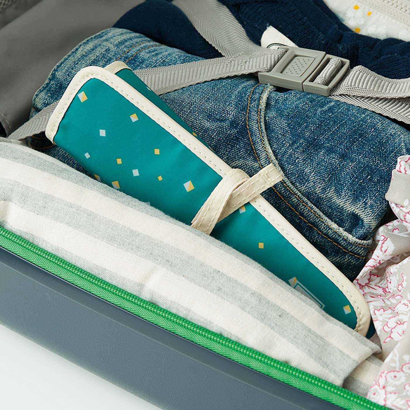 くるっとまとめてコンパクトに。旅行かばんやスーツケースのすき間にポン。