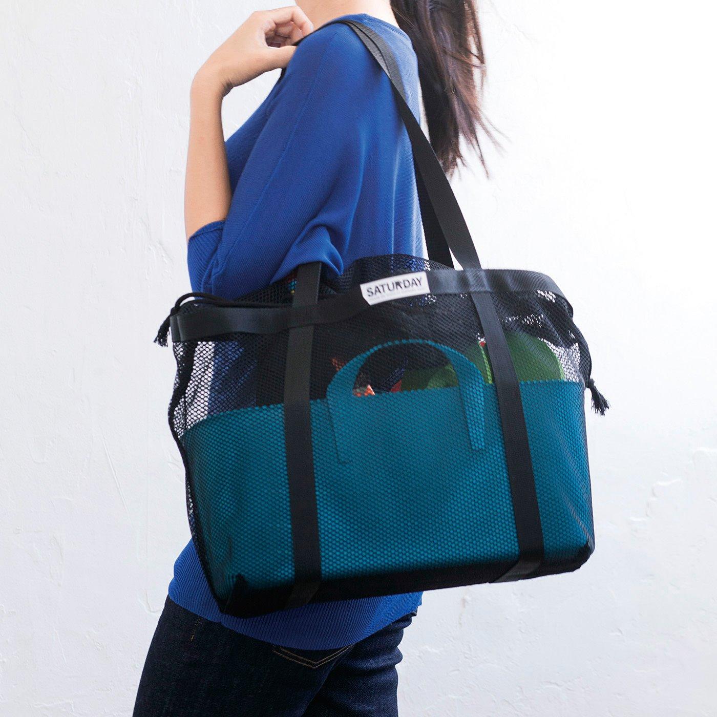 肩に掛けられるから、荷物が多いときも持ち運びやすい。