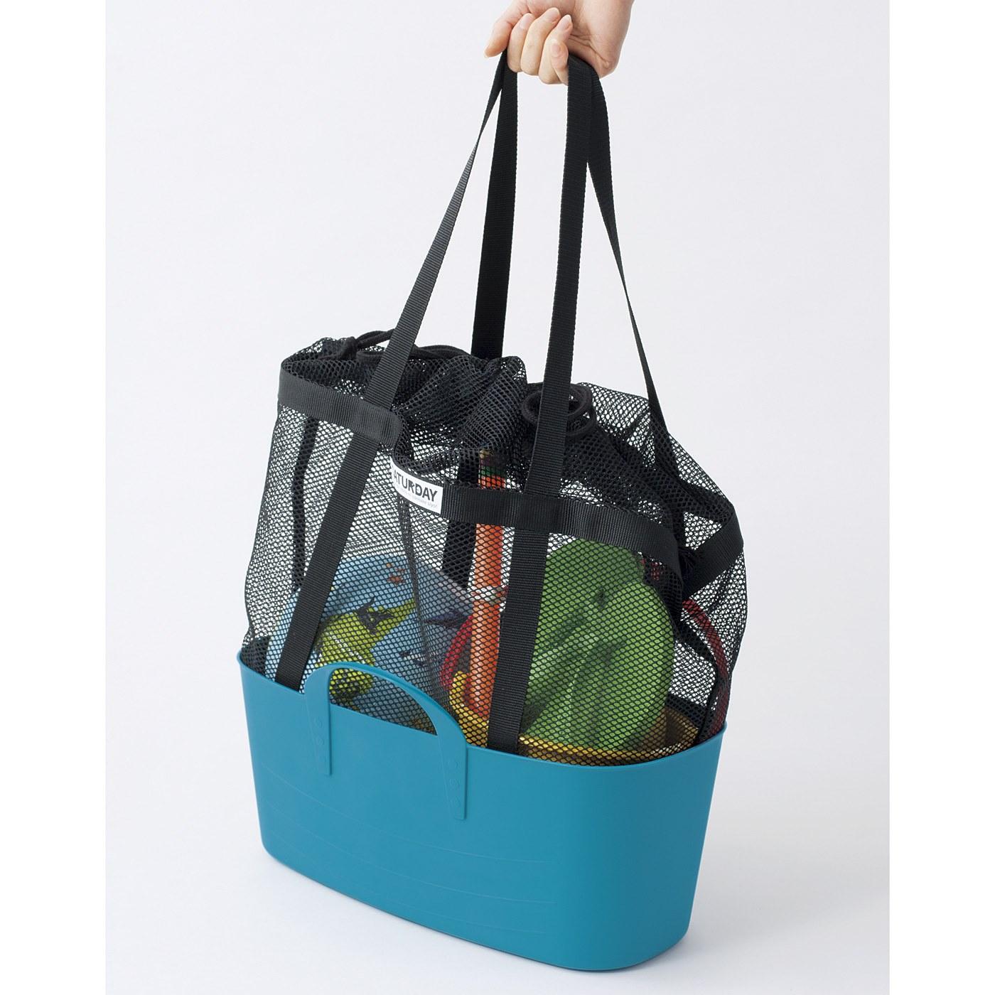 汚れた荷物を車の荷台などに置くときは、バッグを別売りのスリムバケツの中に入れるのがオススメ。すっぽり入って自立します。