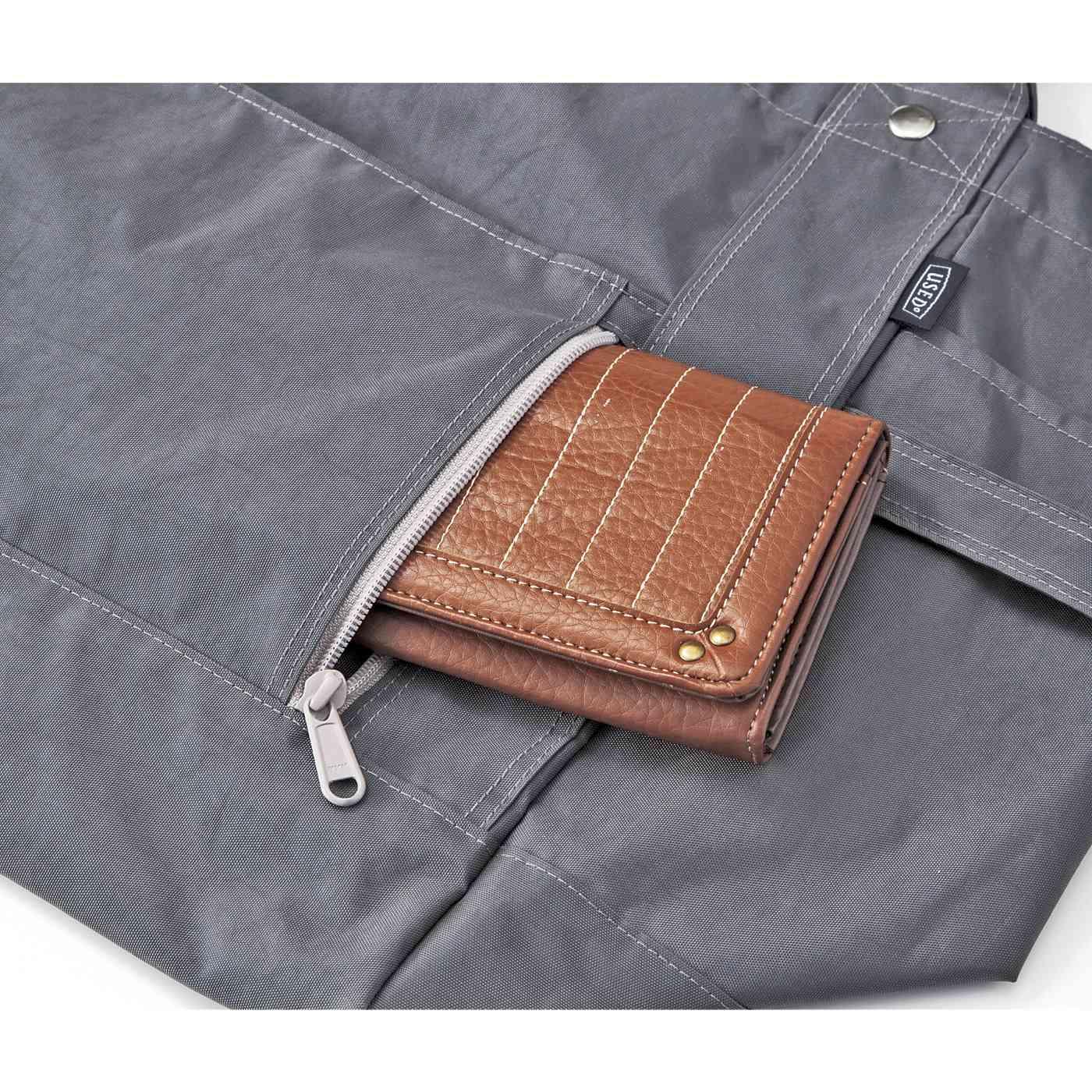 財布などを入れられるファスナーポケット。