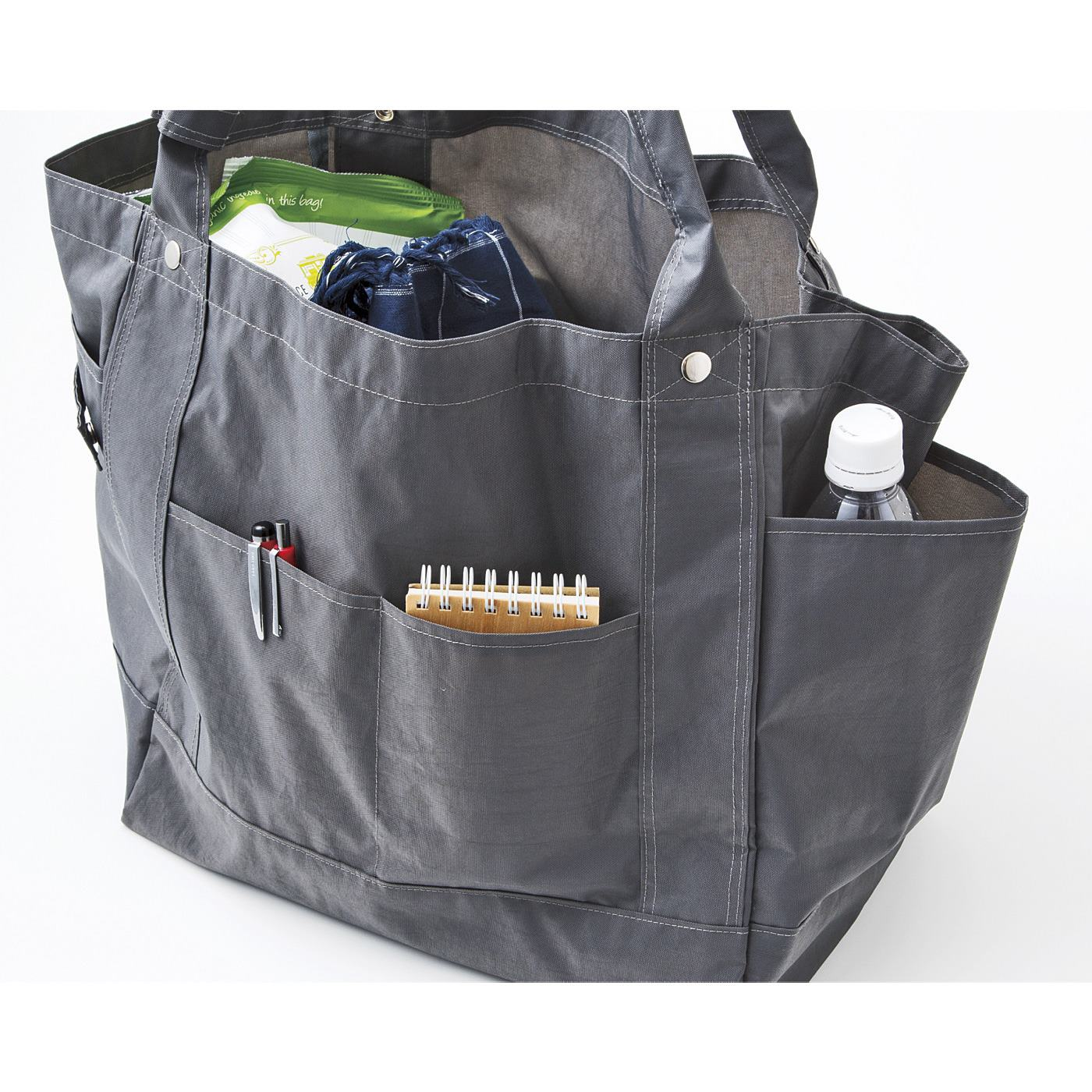 ぐるっと360度、外ポケットが充実。こまごました持ち物を分けて収納できます。