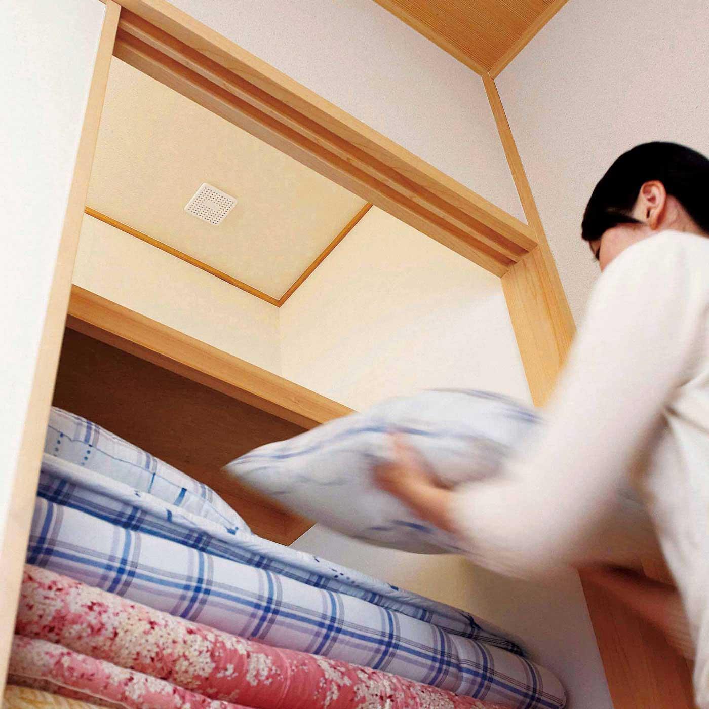 押し入れの天井に貼るだけでカビの発生を抑制。