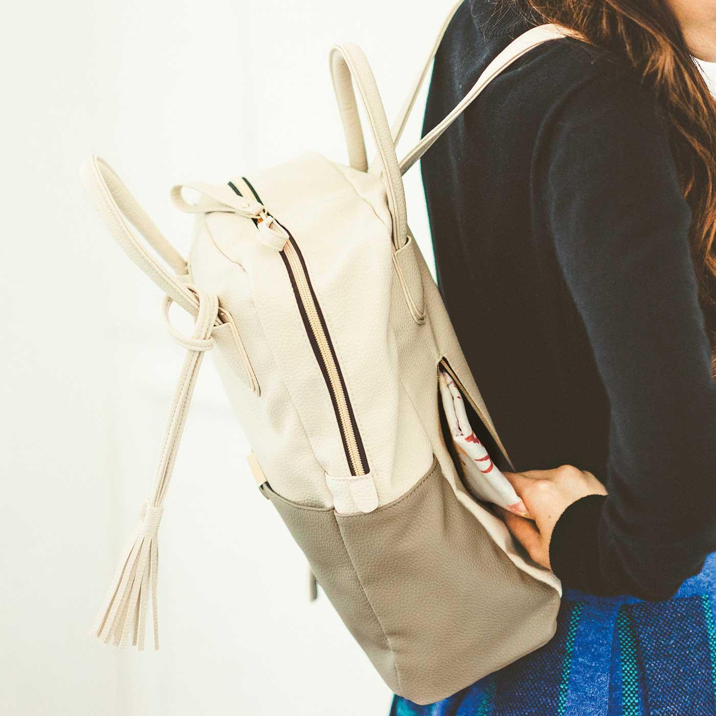 背負ったまま手を入れてパスケースや携帯電話が出し入れできる、便利な背面ポケット。
