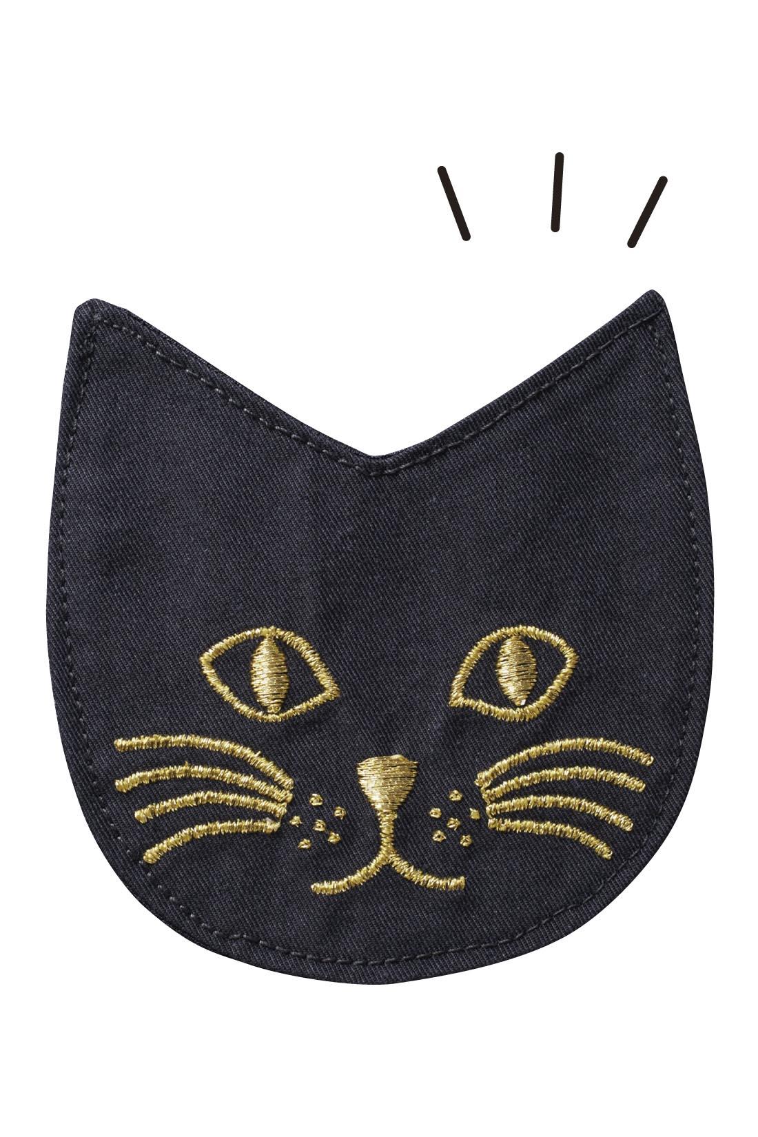 胸もとの猫は、布はくにゴールドの刺繍で大人っぽくおしゃれな印象。