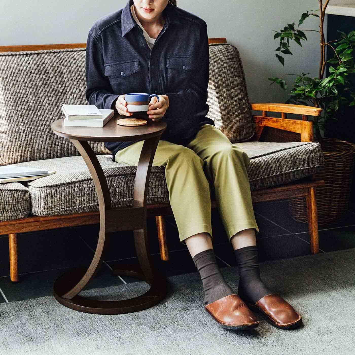 アンティークな佇まい ソファに差し込んでも使える ラウンドカフェテーブル〈ユーズドセピアブラウン〉