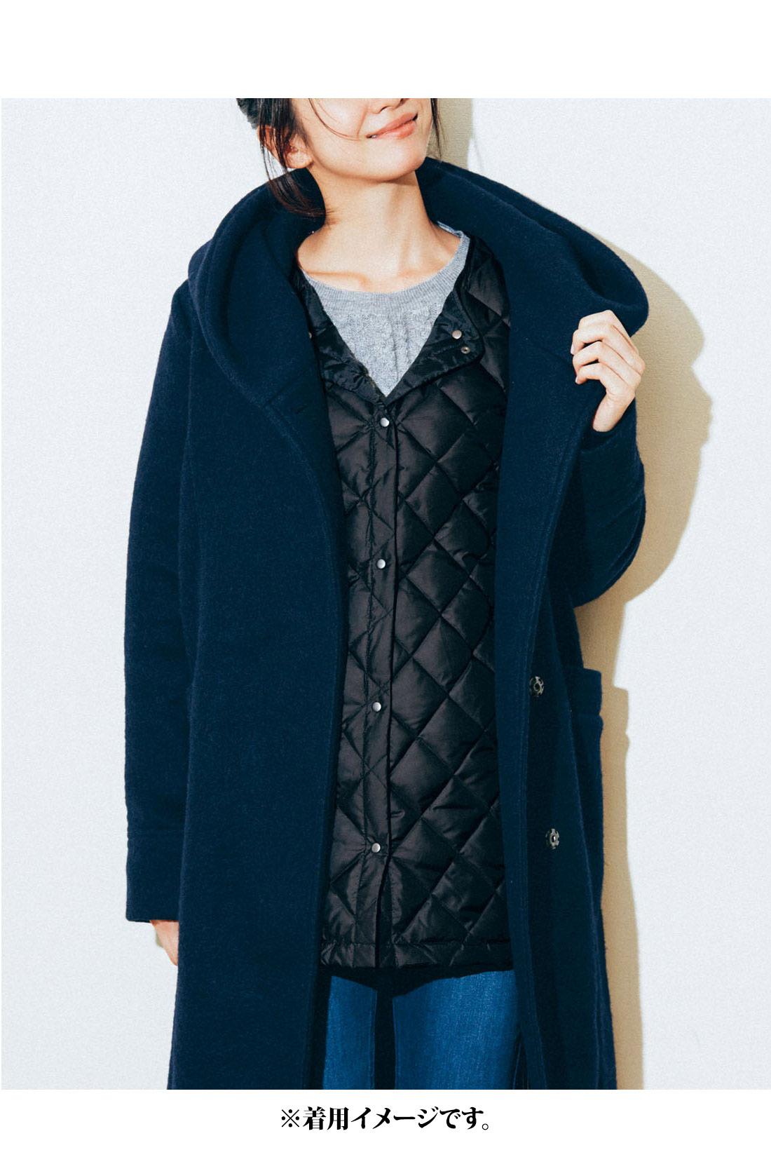 コートの下に着てもすっきり。サイドのリブで動きやすい。