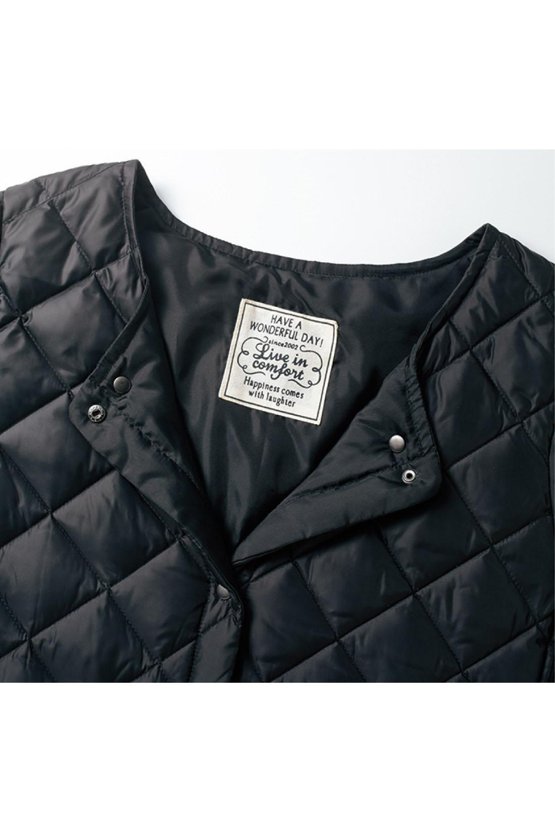 衿のボタンを留めると、トレンチやチェスターコートなどにも合わせやすいVネックに。