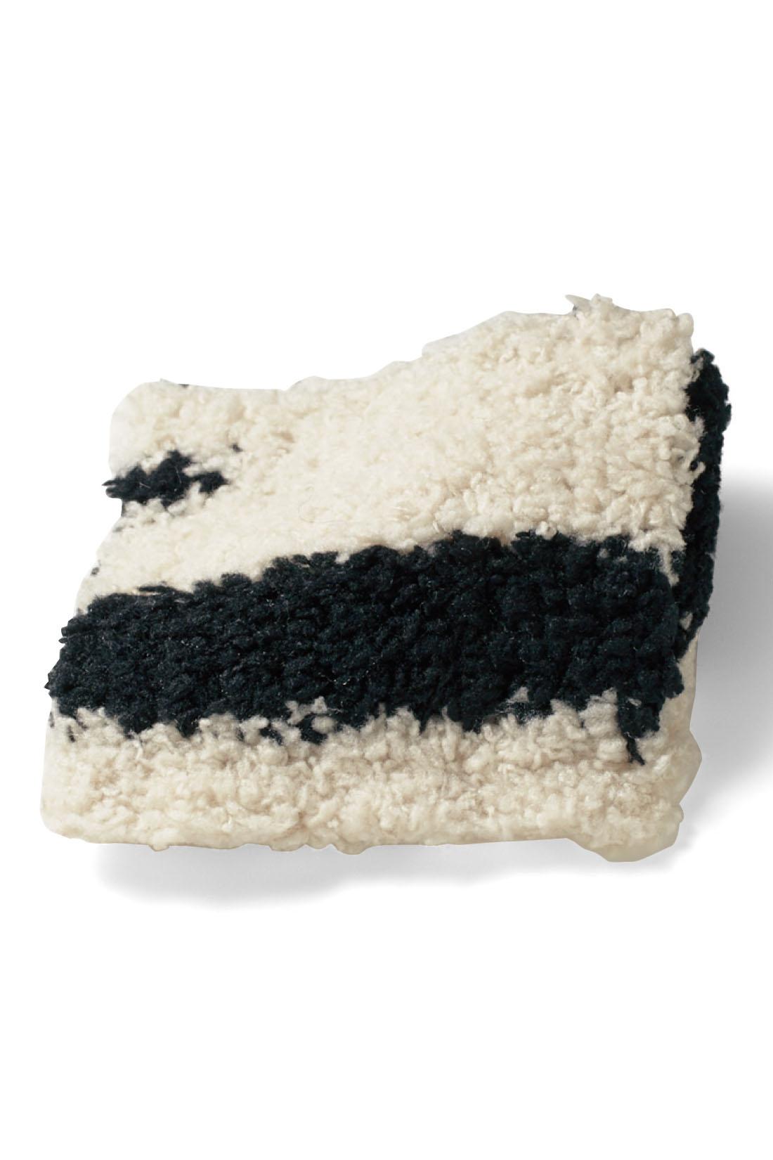 肌ざわりのいい、軽くて暖かなふわもこ素材。袋ジャガード編みでほどよい厚みが気持ちいい。